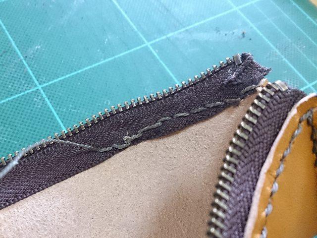 手作りペンケースにファスナーを縫い付ける