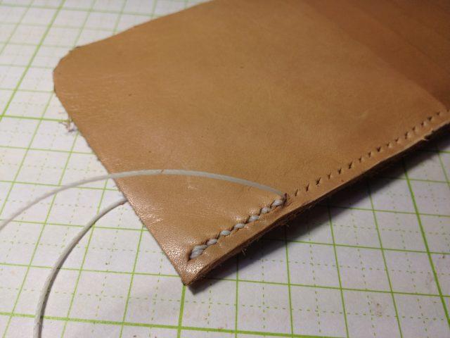 スマホケースの左側の右側を縫う
