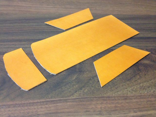 型紙から切り出した革