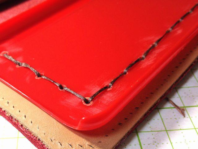 革とプラスチックの接合は縫製で