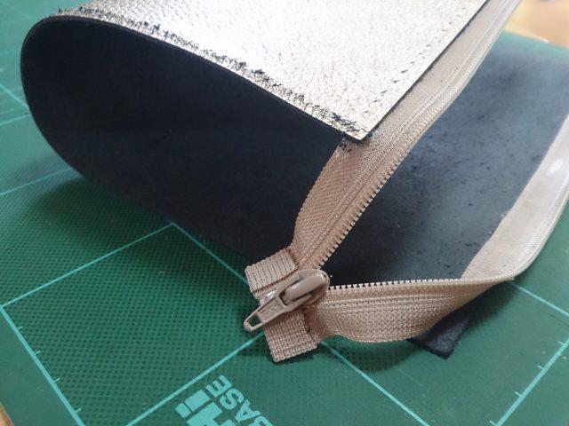 接着剤で革にファスナーを貼り付ける
