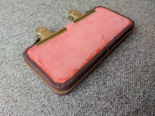 レザークラフトの工程:財布にファスナーを取り付けたところ