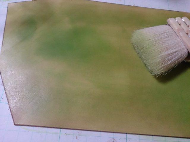 革を緑に染色