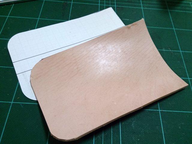 型紙に沿って革を切断