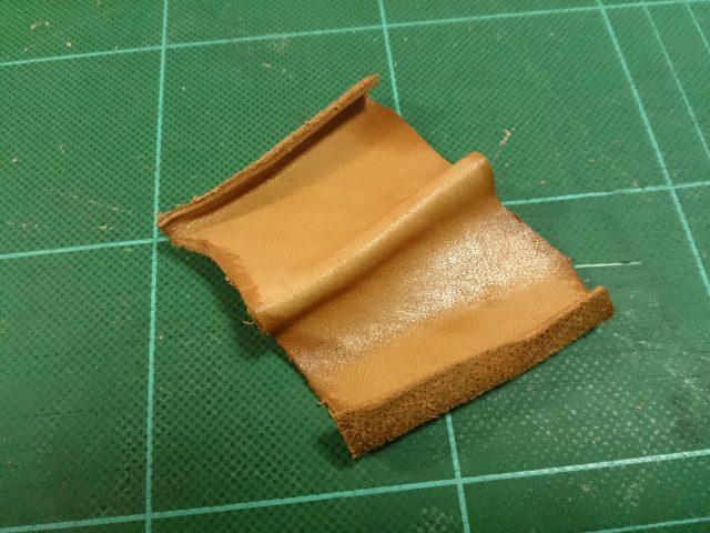 0.9mmの革でマチを作る