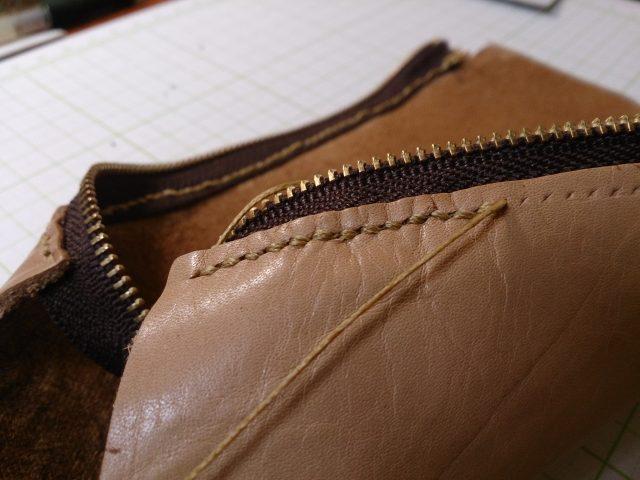 ヌメ革にファスナーを縫い付ける